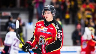 Lundeström i röd Luleåtröja, med klubban i en enhandsfattning.