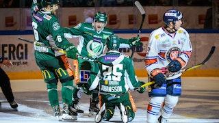 Martin Johansson, på knä med ryggen mot kameran, firar sitt mål tillsammans med två lagkamrater