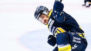 HV71:s Andreas Thuresson firar sitt kvitteringsmål genom att glida längs med isen.