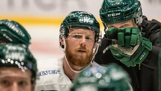 Alexander Reichenberg får instruktioner av tränare Johan Pennerborn