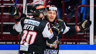 Henrik Hetta ger Frederik Storm en kram