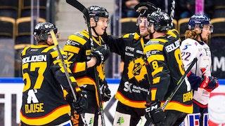 Fyra spelare i Skellefteå med svartgula tröjor klappar om varandra samtidigt som en spelare i Linköping med vit tröja syns i bakgrunden