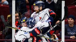 Daniel Olsson Trkulja, centralt i bild, och Broc Little hoppar upp i famnen på Andrew Gordon som precis har avgjort för Linköping.