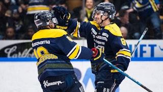 Nils Andersson klappar Joakim Andersson på huvudet.