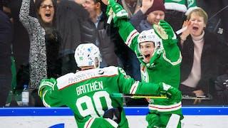 Leon Bristed i Rögles gröna tröja jublar med armarna sträckta uppåt. Ted Brithén är nästan framme för att gratulera.
