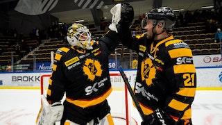 Skellefteås målvakt Mantas Armalis gör high five med lagkaptenen Jimmie Ericsson