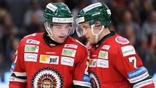 Bröderna Westerholm pratar ihop sig under en match.