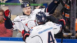 Linköpings Nick Sörensen fångad precis när han ska krama om lagkamraten Chad Billins.