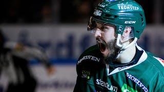Färjestads Jesse Virtanen, i helgrön mundering, skriker ut sin glädje efter att ha gjort mål.