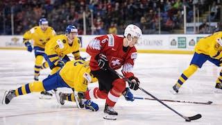 Bild från JVM-matchen mellan Sverige och Schweiz där svenska spelare jagar efter en motspelare