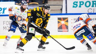 Skellefteås Joakim Lindström, centralt i bild, i duell med två Växjöspelare i vitt.