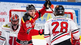 Luleås Rovin Kovacs lyfter sina armar mot skyn och firar ett gjort mål framför Örebromålet.