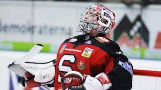 Jhonas Enroth, här i SSK:s rödsvarta matchställ, sträcker ut sina armar och tittar uppåt.