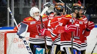Örebro-laget firar framför sin målvakt