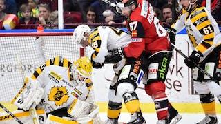 Malmös Konstantin Komarek i duell med vitklädda Skellefteåspelare och Mantas Armalis sittande i nederkant av bild.