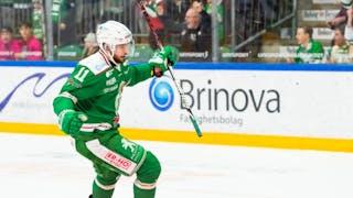 Rögles Mattias Sjögren sträcker ut sina armar och firar ett gjort mål med läktaren i bakgrunden.