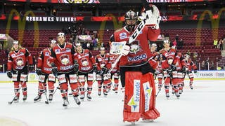 Oscar Alsenfelt leder sitt lag i firandet efter segern.
