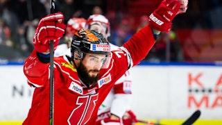 Närbild på Örebros Nick Ebert i röd matchtröja som höjer armarna i luften för att fira ett mål.