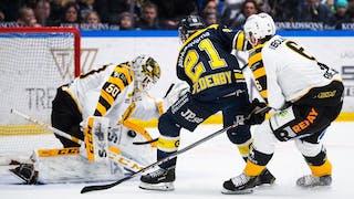 HV71:s Mattias Tedenby försöker överlista Skellefteås Mantas Armalis från nära håll. Tätt bakom följs han upp av Filip Berglund.