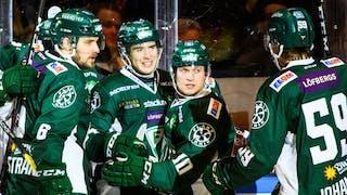 Fem Färjestadsspelare firar ett mål i sina gröna tröjor. De är glada och står med ryggen tätt intill sargen.