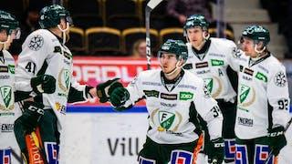 Mikael Lindqvist firar sitt mål med sina lagkamrater