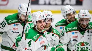 Flera glada Rögle-spelare i vita tröjor i närbild