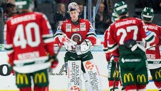 Frölundas målvakt Johan Mattsson i centrum med fyra medspelare som åker mot honom
