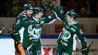 Tre Färjestadsspelare firar tillsammans i sina gröna matchställ.