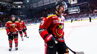 Luleås lagkapten vrålar ut sin glädje efter ett mål. Bakom honom kommer ytterligare Luleåspelare.