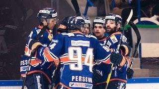 Växjöspelare firar Janne Personens 1-0 mål inför hemmapubliken.