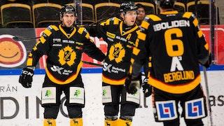 Två Skellefteå-spelare i svarta tröjor möts av en tredje med ryggen mot kameran