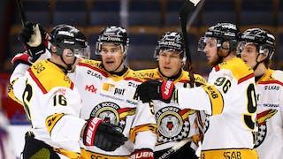 Fem Luleå-spelare jublar och klappar om varandra