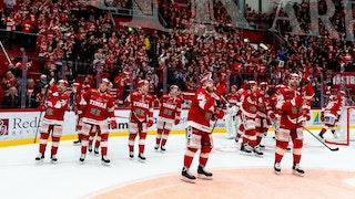 Timrålaget i röda tröjor firar övertidssegern framför sina fans