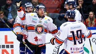 Fyra Växjö-spelare i vita tröjor jublar efter ett mål