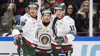 Tre Frölunda-spelare firar ett mål framför en besviken publik