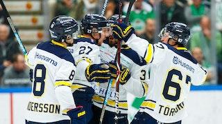 HV71-spelare i vita tröjor jublar efter viktigt mål