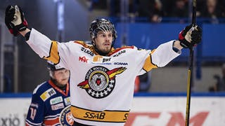 Luleås Emil Larsson firar sitt andra mål och kvitteringspucken.