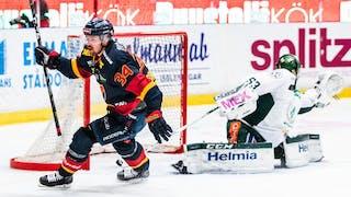 Daniel Brodin firar sitt mål precis efter att ha överlistat Markus Svensson i Färjestadmålet.