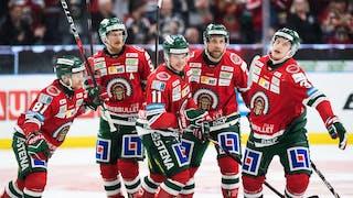 Glada Frölundaspelare firar ett av lagets fem mål i matchen.