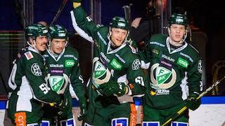 Lyckliga Färjestadspelare firar ett av målen i vinsten mot Djurgården.