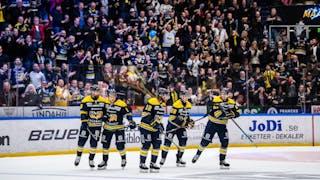 Fem HV71-spelare jublar efter mål framför glada hemmafans