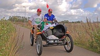 P-W Sivertsson och Mikael Glimsjö kör trampbil till SHL-premiären i Catena Arena.