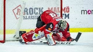Malmös målvakt står med händerna i isen efter insläppt mål